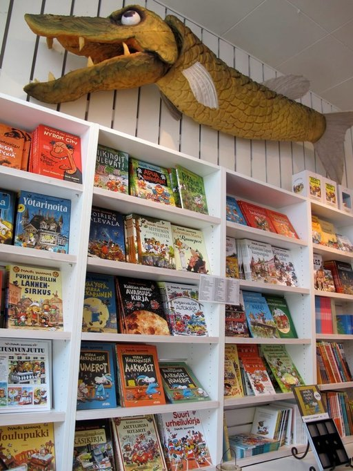 Mauri Kunnaksen tuotanto on näyttävästi esillä Herra Hakkaraisen talossa. Osa kirjoista on saatavilla myös englanniksi.