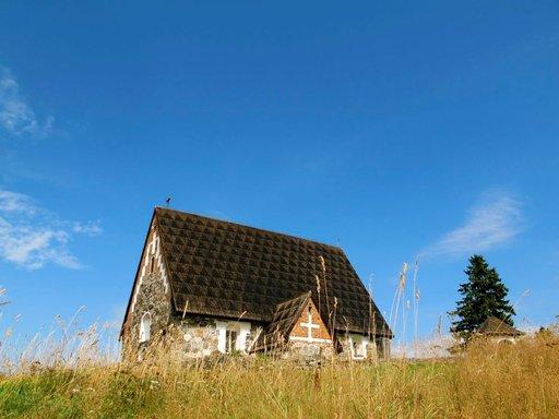 Tyrvään Pyhän Olavin kirkko on yksinkertaisuudessaan näyttävä ilmestys.