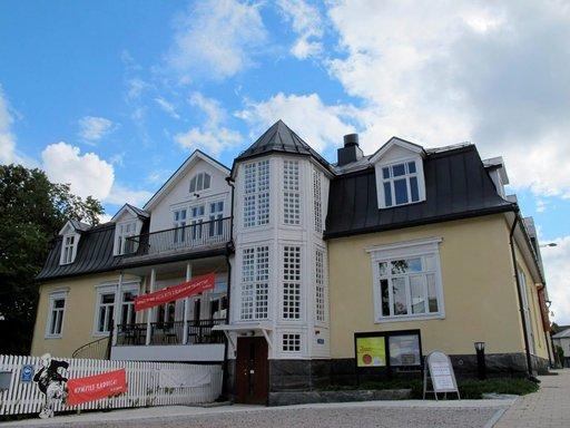 Pukstaavi sijaitsee peruskorjatussa entisen apteekkari O. A. Bäckmanin talossa.