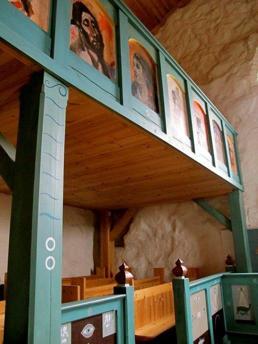 Kuutti Lavosen lehterikaiteet ja Osmo Rauhalan alttari yhdistyvät konkreettisesti taiteilijoiden yhdessä suunnittelemassa pylväässä, jonka teemana on vesi ja seitsemän aaltoa.