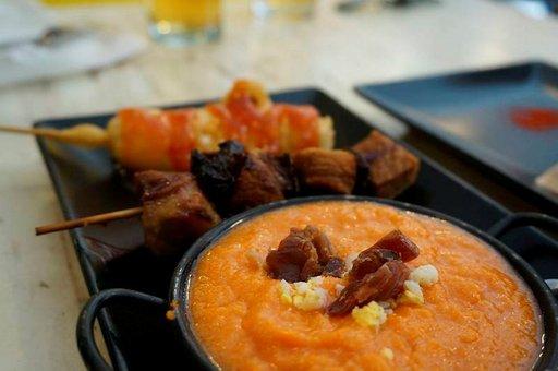 Kylmänä tarjoiltua tomaattisosekeittoa, lihavarras ja friteerattu juustovarras.