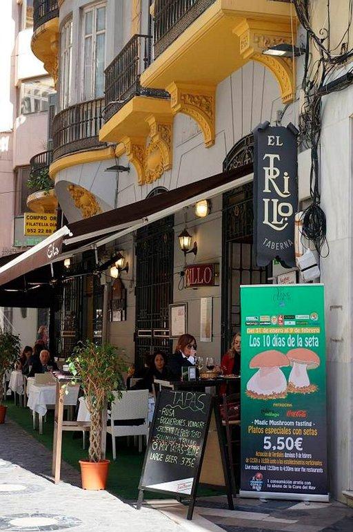 El Trillo sijaitsee ahtaalla sivukujalla suositun ostoskadun varressa.