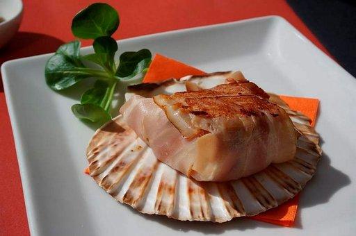 La Fabrican pekoniin käärityssä kampasimpukassa kohtaavat välimerellinen raikkaus ja andalusialainen yksinkertaisuus.