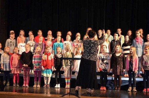 Nõmmen peruskoulun kuoro harjoitteli huhtikuussa Salmen kulttuurikeskuksessa Tallinnassa.