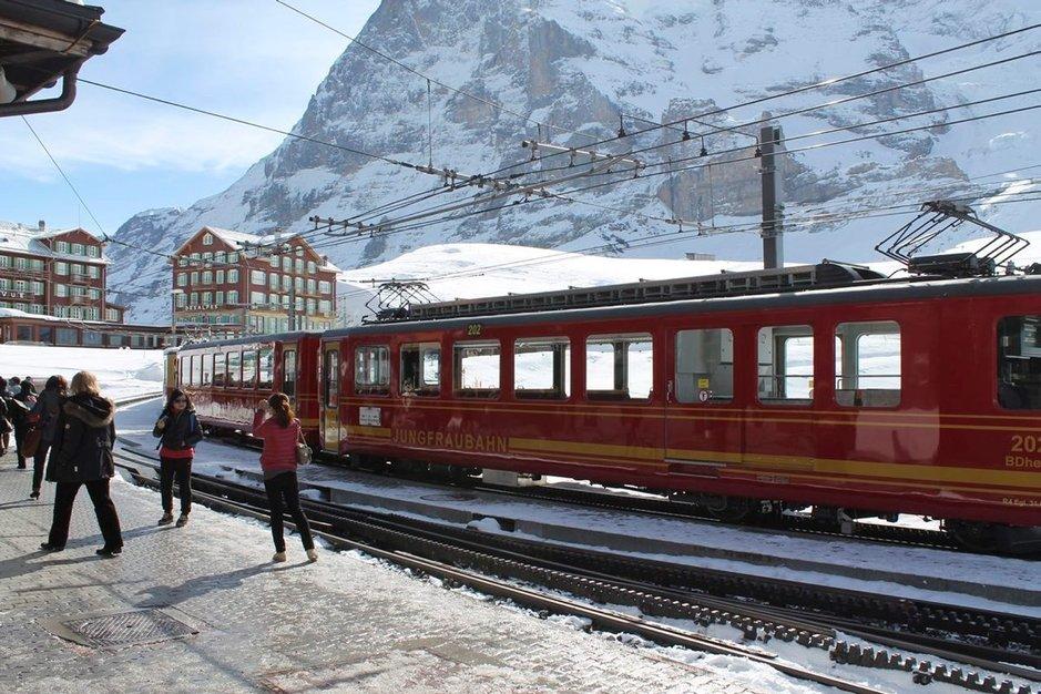 Junanvaihto Kleine Scheideggin asemalla ja nousu vuoren uumenissa kohti Jungfraujochia alkaa.