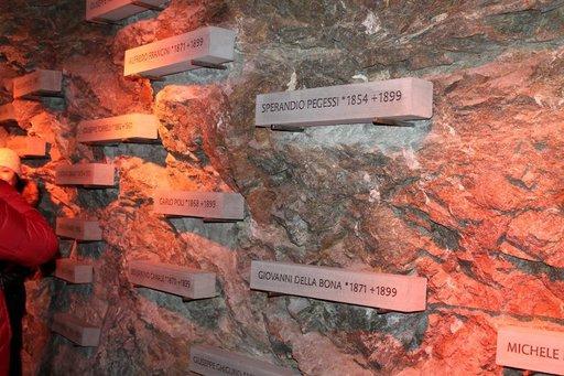 Vuori vaati myös uhrinsa. Alpine Sensation on myös kunnianosoitus rakentajille. Käytävän seinillä on rakennustöissä kuolleiden työmiesten nimet.