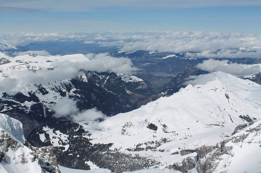Aletsch Glacierin huiput aukeavat Sphinx-rakennuksen terassilta.