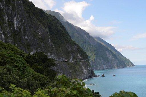 Japanilaiset miehittäjät rakensivat tien kallioon Tyynenmeren rannalle Chongdesta pohjoiseen.