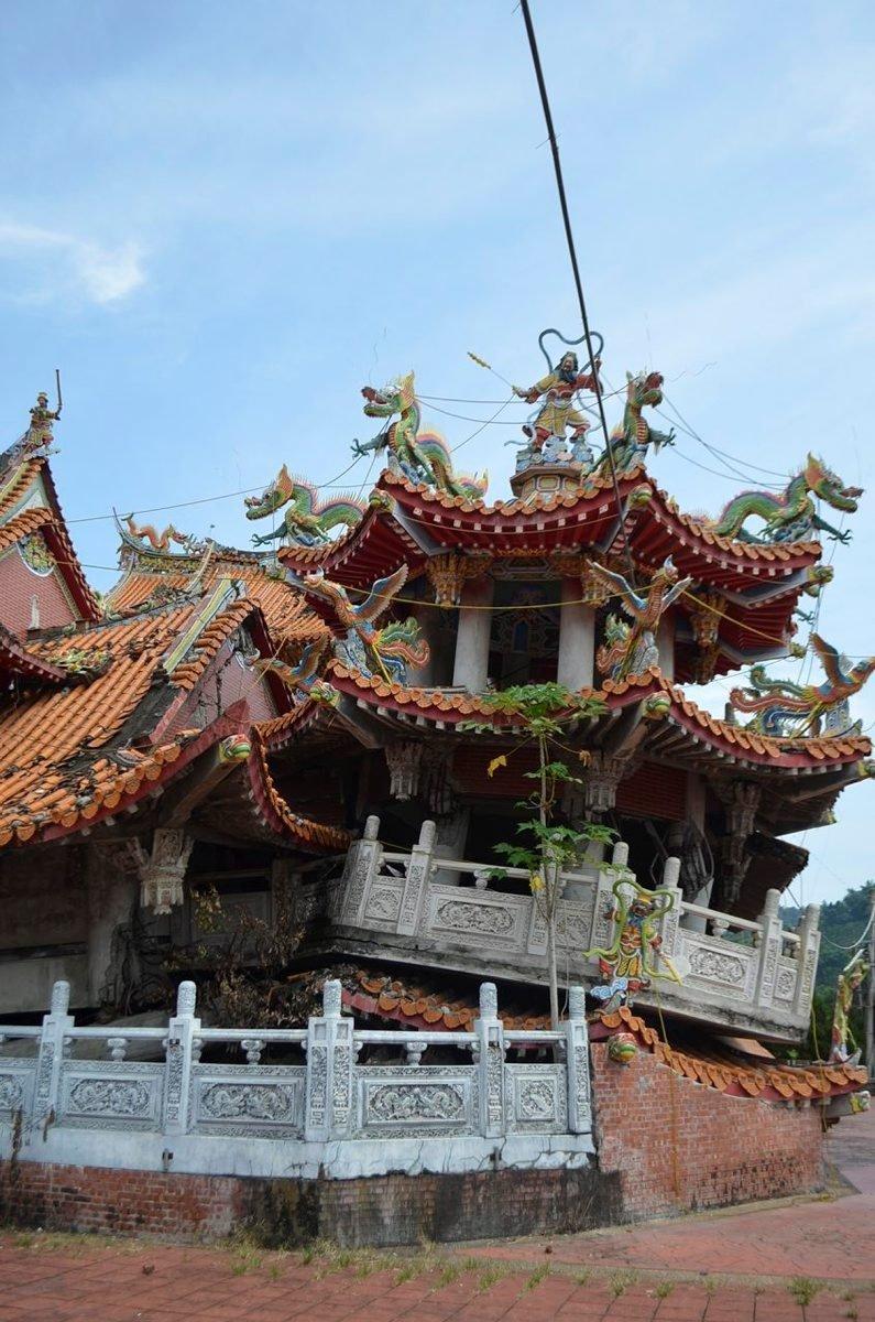 Maanjäristyksen vuonna 1999 tuhoama Wuchangin temppeli on jätetty korjaamatta muistoksi menneestä.