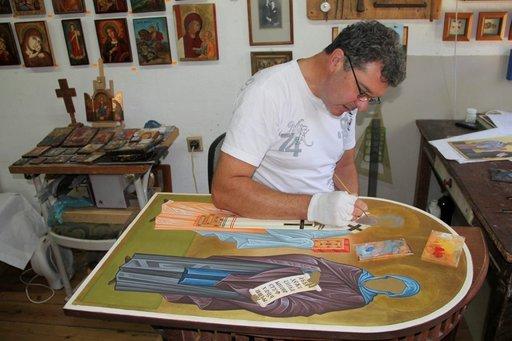 Taiderestauroija ja ikonimaalari Pavlin Penev työssään Dobritšin museossa.