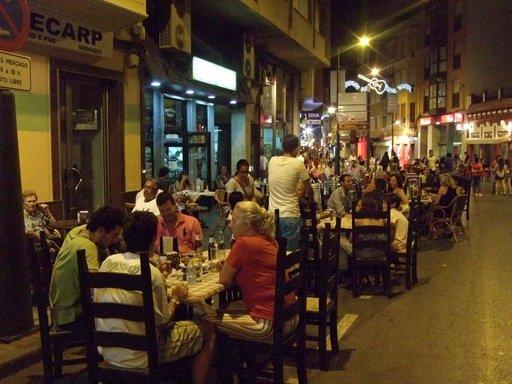 Iltaisin pääkadun jalkakäytävät muuttuvat pitkäksi ravintoloiden ketjuksi. La merluza eli kummeliturska on suosittu ruokalaji ja hintataso kaiken kaikkiaan edullinen.