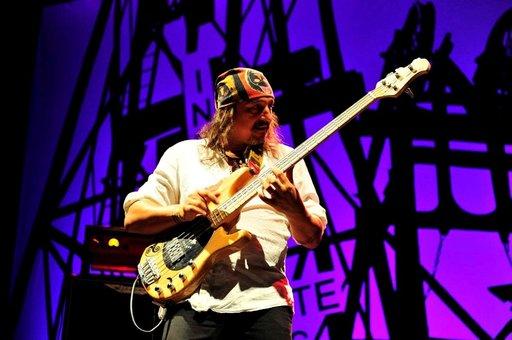 Sähköbasisti Pepe Baon soittoa voi kutsua vaikkapa flamencojazziksi. Musiikissa on vaikutteita rumbasta, popista, metallista, funkista, bluesista, rockista... Soittokumppaneista kuuluisimpiin on kuulunut muun muassa blueskitaristi B. B. King.