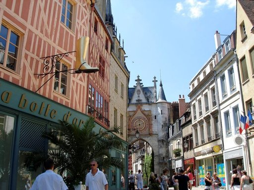 Auxerre`n Vanhakaupunki sykkii kahvila-, ravintola- ja shoppailuelämää.