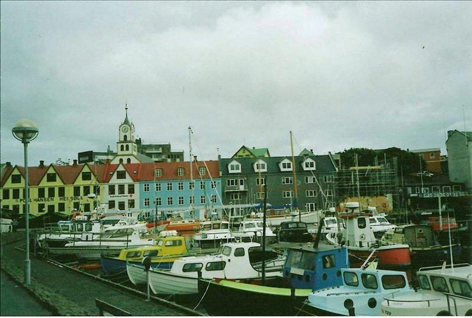 Torshavnia, Färsaarten pääkaupunkia, koristavat värikkäät talot sekä sataman veneet ja alukset.
