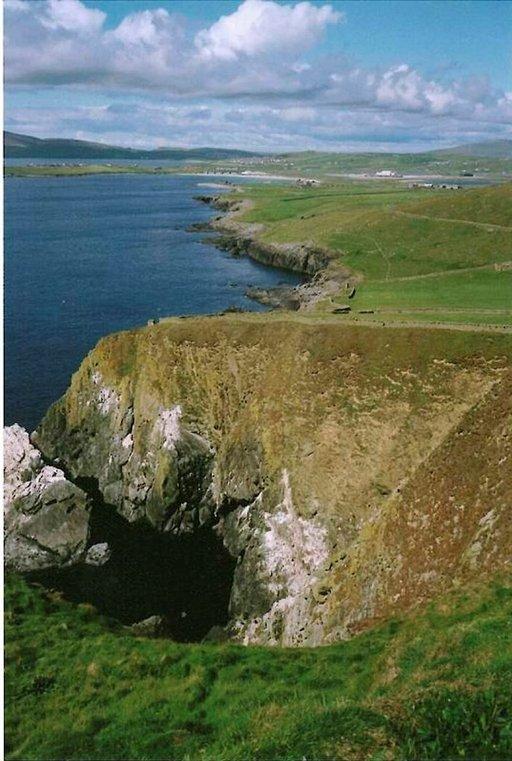 Karunkaunista rikkonaista rannikkoa Sumburgh Headin lähellä Shetlandinsaarilla.