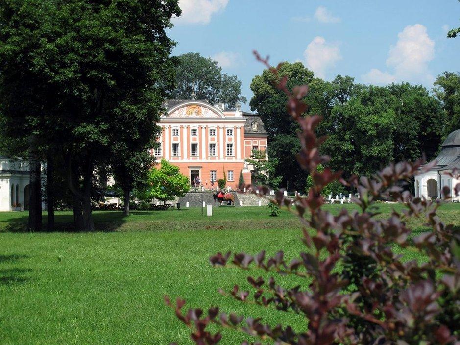 Kartanon päärakennuksessa näkyy kolme rakennustyyliä: goottilainen, renessanssi ja klassinen barokki.