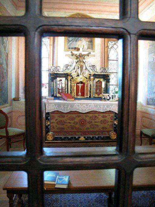 Pienessä kappelissa vihitään usein hääpareja.