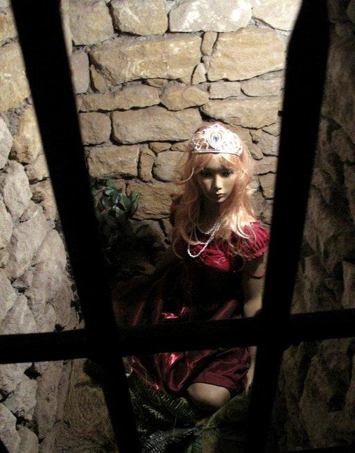 Nälkäinen ritari kohtasi kauniin, vangitun neidon linnassa.