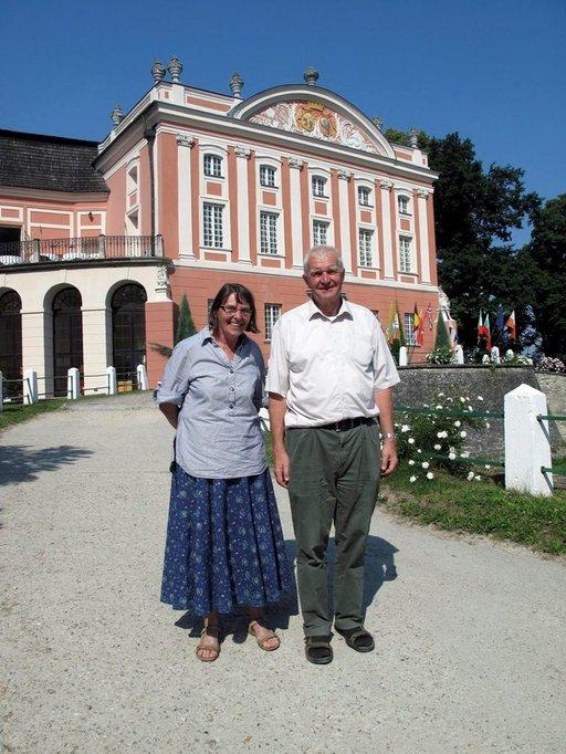 Kartano oli raunioina, kun tulimme tänne, Karen Jakobsen ja Martin Popiel kertovat.