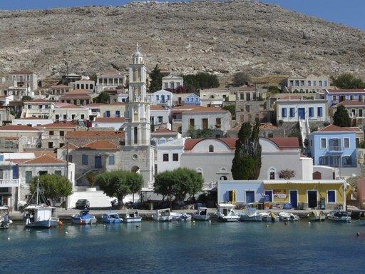 Tulonäkymä Nibrionin satamaan, keskellä Agios Nikolaoksen kirkko.
