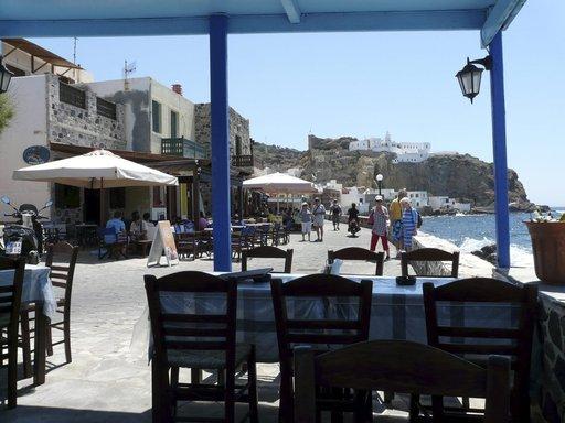 Mandrakin rantaravintolan taustalla näkyy saaren luostari.