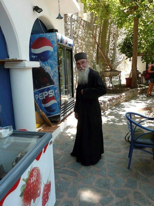 Munkki Manolios on Agioksen Pandeleimonaksen luostarin ainoa, mutta iloinen asukas.