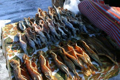 Kalamarkkinoilta saa naposteltavaa monessa muodossa.