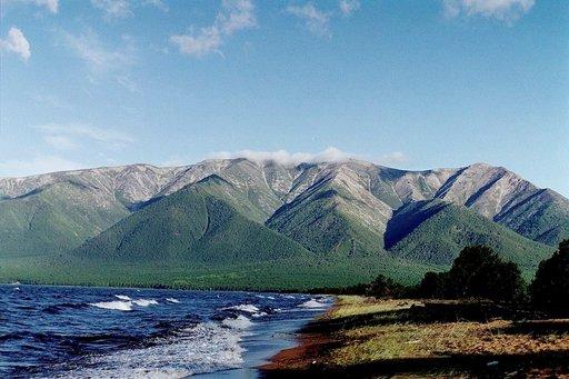 Baikaljärven alueella on jopa vuoria.