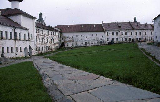 Luostarin sisäpihalla käyskentelivät ensin munkit ja sitten vangit.