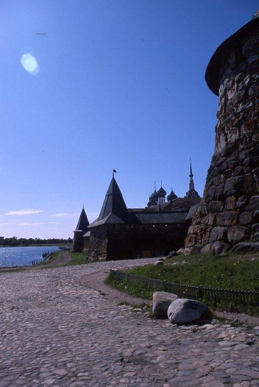Muurissa on kahdeksan tornia ja sen paksuus on 5-6 metriä.