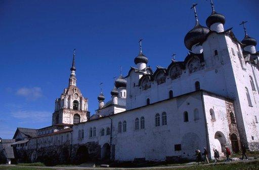 Taidokkaasti rakennetun kirkon sipulitornit on tehty ilman nauloja.