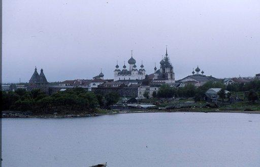 Luostari näkyy saaren joka kolkkaan.