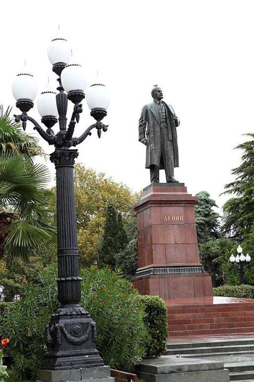 Leninin patsas seisoo vanhalla paikallaan rantakadulla.