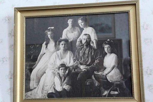 Viimeinen valokuva Nikolai II:sta ja hänen perheestään ennen kuin heidät teloitettiin.