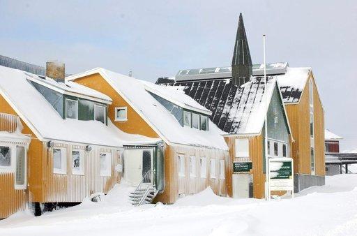 Mikään rakennus ei ole Grönlannissa suuri. Ohessa maan taidegalleria.