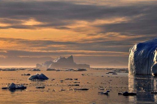 Vuodenajasta riippumatta rannikolla ajelehtii jäävuoria.