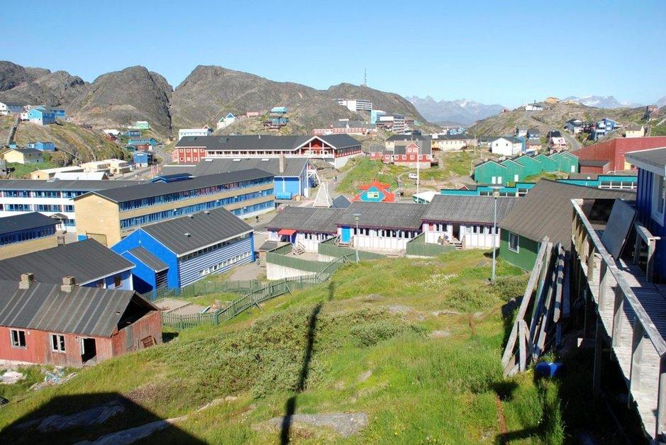Pääkaupunki Nuuk on värikkäiden talojen kylä.