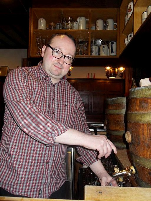 Fässlan olutpanimon johtaja Ronald Kalb laskee tynnyristä tuoppiin tummaa ja vaahtoavaa Zwergla-olutta.