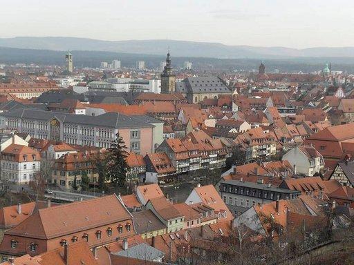 Näkymä Michaelsbergin mäeltä Bambergin punatiilikattojen ylle.