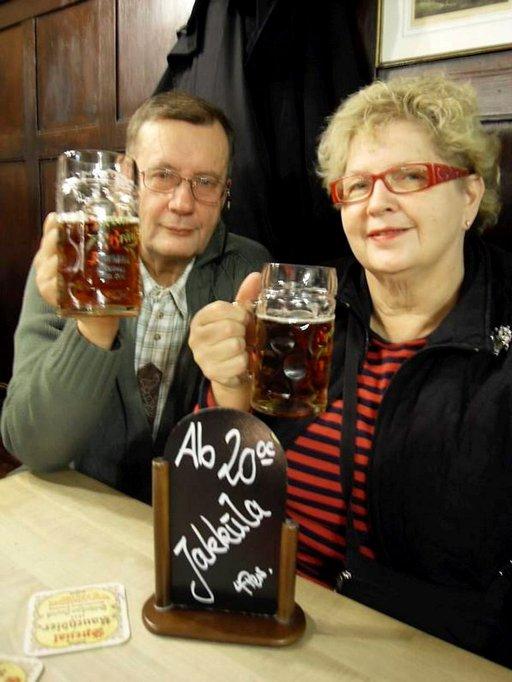 Olavi ja Raija Jakkulan pöytävaraus Spezial-oluttupaan on kunnossa.