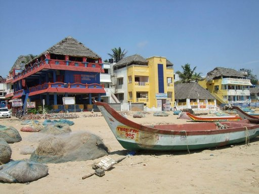 Kalastusveneitä, verkkoja ja rantahotelleja kattoravintoloineen.