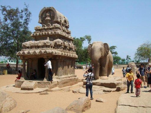 Temppeli ja norsu on työstetty samasta valtavasta graniittipaadesta kuin Ganges-reliefi.