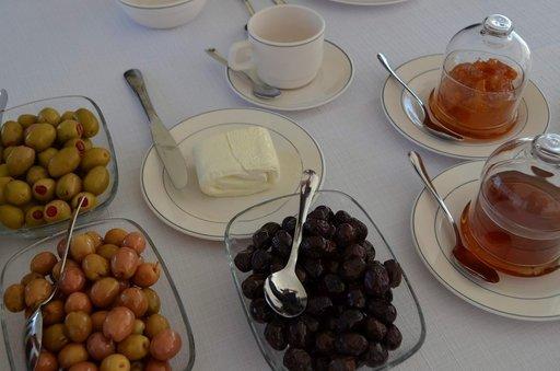 Aamiainen juustoineen ja oliiveineen on varmasti terveellinen.