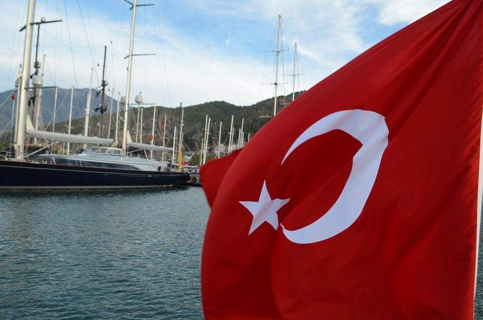 Turkkilaiset ovat ylpeitä maastaan ja lippu liehuu kaikkialla.