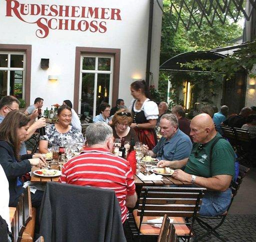 Rheingaun epävirallisessa pääkaupungissa kannatta tutustua Rüdesheimer Shloss-ravintolaan
