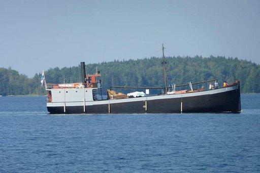Museolaiva Mikko oli matkalla teatteriesitykseen, joka kertoi laivan yli sadan vuoden takaisista halkolastimatkoista.