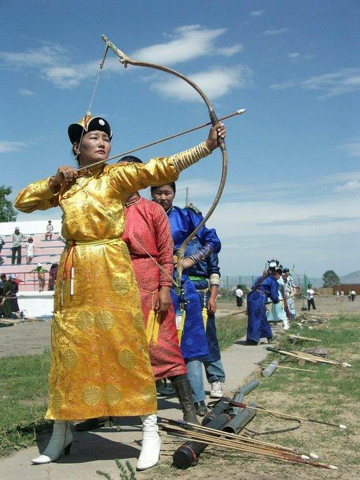 Naadamin festivaalit tarjoavat läpiluotauksen perinneurheiluun - jousiammuntaan ja ...