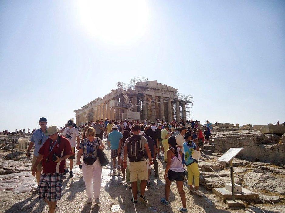 Pyhiinvaelluksella Akropolis-kukkulalle Ateenassa.