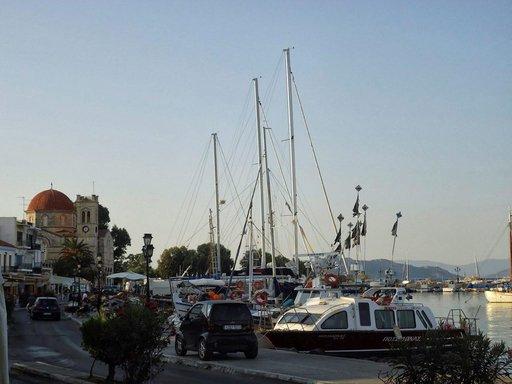 Aeginan sataman taustalla on Panayitsan kirkko.