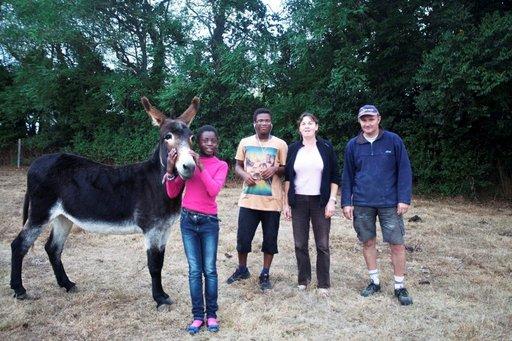 Perheeseen kuuluvat Yasmine, Yannig, Annie ja Jerôme Legoff. Lisäksi heillä on aasi nimeltä Mandoline, 40 Jerseyn lehmää, muutama vasikka, kanoja, koira, kissoja ja parikymmentä possua.